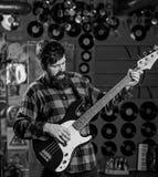 Bassistkonzept Mann s hält Bass-Gitarre, Spielmusik im Vereinatmosphärenhintergrund Musiker, Künstlerspiel elektrisch lizenzfreie stockbilder