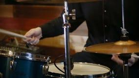 Basso e tamburi che giocano insieme il rotolo della roccia n archivi video