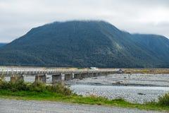 Basso livello dell'acqua nel fiume dell'isola del sud Nuova Zelanda fotografia stock