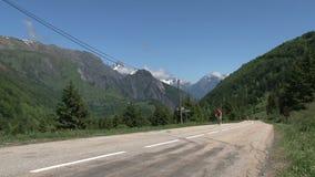 Basso veloce di riciclaggio ed andante nelle alpi francesi, d'Ornon del passo, Francia video d archivio