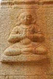 Bassorilievi di pietra sulle pareti il tempio di Achyuta Rayas circa la via del ` s della cortigiana - Sule Bazaar in Hampi, il K immagini stock libere da diritti