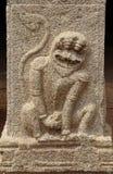 Bassorilievi di pietra sulle pareti il tempio di Achyuta Rayas circa la via del ` s della cortigiana - Sule Bazaar in Hampi, il K fotografia stock