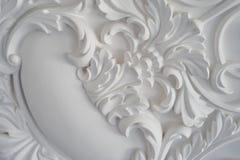 Bassorilievo bianco di lusso di progettazione della parete con l'elemento di roccoco dei modanature dello stucco fotografie stock libere da diritti