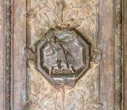 Bassorilievo con le scene dalla bibbia sull'entrata principale decorata massiccia all'entrata a Tabgha - chiesa cattolica Multipl fotografie stock libere da diritti