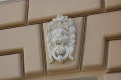 Bassorilievo della testa n del leone la parete fotografie stock