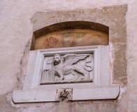 Bassorilievo di pietra del leone veneziano su una delle case di Canegliano Il leone di St Mark è un simbolo della città Fotografia Stock