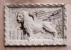 Bassorilievo di pietra del leone veneziano su una delle case di Venezia Il leone di St Mark è un simbolo della città di Immagine Stock