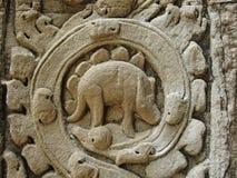 Bassorilievo misterioso che scolpisce descrivendo un dinosauro a Angkor, Cambogia Immagini Stock Libere da Diritti