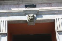 Bassorilievo sulla facciata della costruzione immagini stock libere da diritti