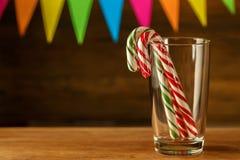 Bastão de doces dentro Doçura do Natal closeup Cara festivo contínuo Fotografia de Stock Royalty Free