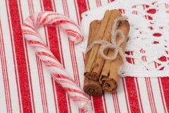 Bastão de doces do Natal Canela inteira No vermelho Imagem de Stock