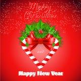 Bastão de doces do Natal com azevinho e curva vermelha Fotografia de Stock Royalty Free