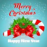 Bastão de doces do Natal com azevinho e curva vermelha Imagem de Stock Royalty Free