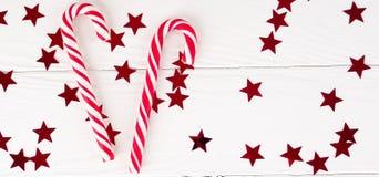 Bastão de doces do Natal no fundo de madeira branco, decorações do Natal foto de stock royalty free