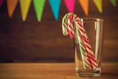 Bastão de doces no vidro Doçura do Natal closeup Fes contínuos Imagens de Stock Royalty Free