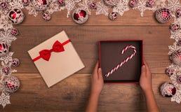 Bastón de caramelo como regalo de la Navidad Imagenes de archivo