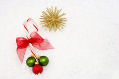 Bastón de caramelo con rojo, oro y ornamentos verdes Imagen de archivo