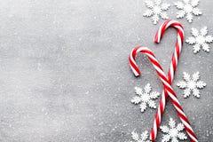 Bastón de caramelo Decoraciones de la Navidad con el fondo gris