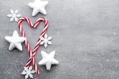 Bastón de caramelo Decoraciones de la Navidad con el fondo gris fotografía de archivo