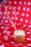 Bastón de caramelo en magdalena de la especia de la calabaza foto de archivo libre de regalías