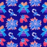 Bastón de caramelo de la Navidad, acebo y poinsetia, campana con la cinta en azul con el esquema blanco Fotografía de archivo libre de regalías
