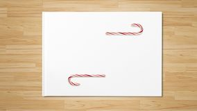 Bastón de caramelo rojo de la Navidad en la tabla de madera foto de archivo libre de regalías