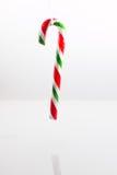 Bastón de caramelo sostenido verticalmente por una secuencia Foto de archivo libre de regalías