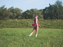 Bastón de giro de la muchacha adolescente del Majorette al aire libre Foto de archivo libre de regalías