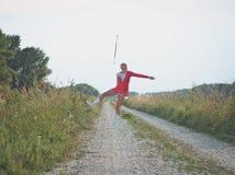 Bastón de giro de la muchacha adolescente del Majorette al aire libre Fotos de archivo libres de regalías