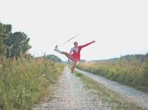 Bastón de giro de la muchacha adolescente del Majorette al aire libre Fotos de archivo