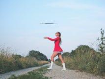 Bastón de giro de la muchacha adolescente del Majorette al aire libre Imagenes de archivo
