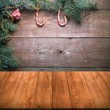 Bastón de la rama y de caramelo de árbol de navidad en una pared de madera sobre vieja d Foto de archivo libre de regalías