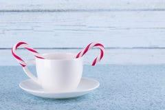 Bastões brancos do copo e de doces Imagem de Stock