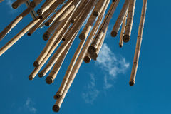 Bastões de bambu de suspensão, céu azul no fundo Fotografia de Stock