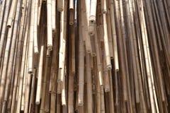 Bastões de bambu pendentes em um grande grupo de objetos recolhidos junto fotografia de stock royalty free