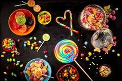 Bastões de doces colocados para formar o coração além do otário Imagem de Stock Royalty Free