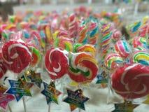 Bastões de doces coloridos dos pirulitos e doces doces Fotos de Stock