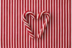 Bastões de doces da pastilha de hortelã na forma do coração foto de stock