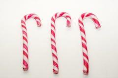 Bastões de doces em um fundo branco Foto de Stock