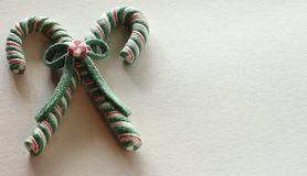 Bastões de doces vermelhos e brancos verdes fotos de stock royalty free