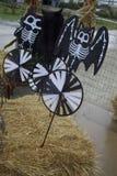 Bastões de esqueleto decorativos estacados em Hay Bales Say & em x22; Halloween& feliz x22; aos visitantes do remendo da abóbora imagens de stock