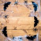 Bastões dos símbolos de Dia das Bruxas, Web e aranhas pretas em Backgrou de madeira Imagem de Stock Royalty Free