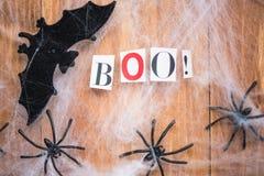 Bastões dos símbolos de Dia das Bruxas, Web e aranhas pretas em Backgrou de madeira Foto de Stock Royalty Free