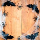 Bastões dos símbolos de Dia das Bruxas, Web e aranhas pretas em Backgrou de madeira Imagem de Stock