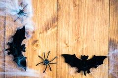 Bastões dos símbolos de Dia das Bruxas, Web e aranhas pretas em Backgrou de madeira Fotos de Stock Royalty Free