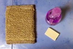 Bast, tvål och flaskan av stelnar på en tegelplatta, den lekmanna- lägenheten Royaltyfri Fotografi