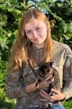 Bastante adolescente con el conejo del animal doméstico Fotos de archivo libres de regalías