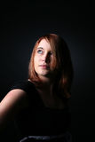 Bastante adolescente con el pelo rojo que mira para arriba y lejos Fotos de archivo libres de regalías
