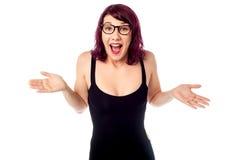 Bastante adolescente con gafas sorprendida Foto de archivo libre de regalías