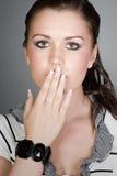 Bastante adolescente con su cubierta de la mano su boca Imagen de archivo libre de regalías